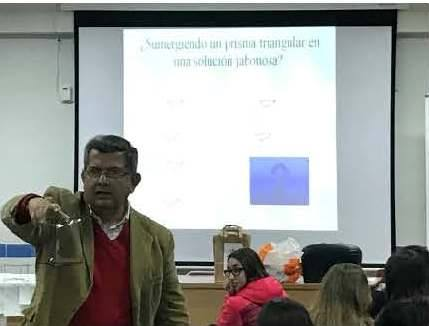 """Celebrada la conferencia  """"La geometría de las pompas de jabón"""" de D. Salvador Segura Gomis"""