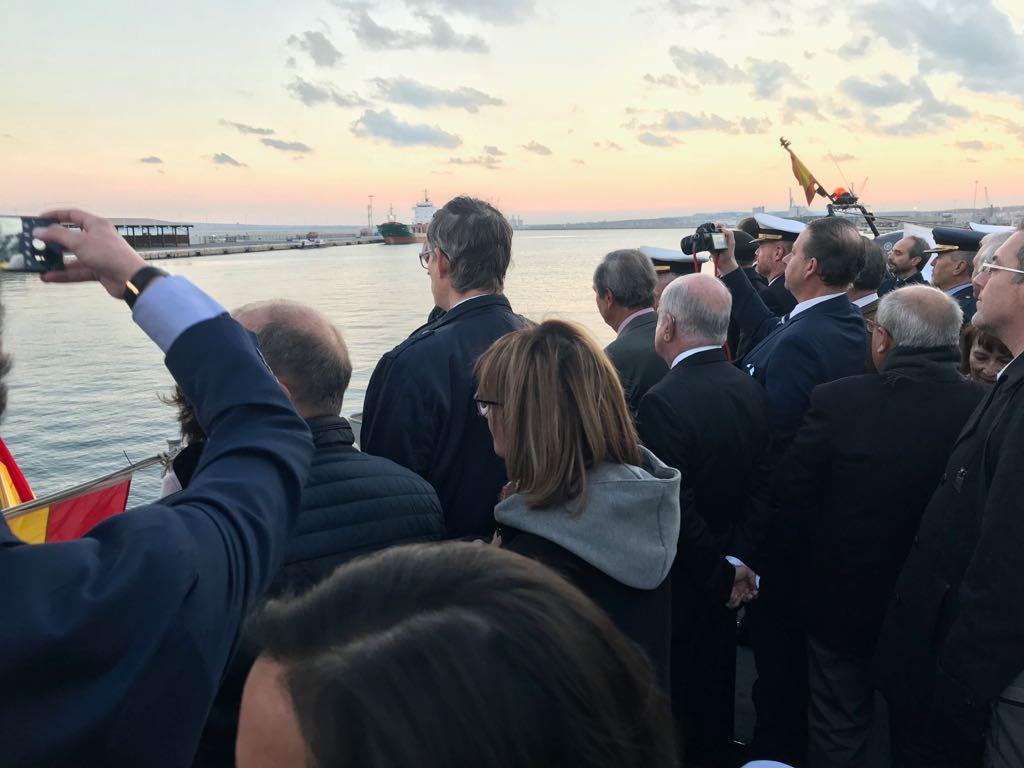 """Miembros de la Asamblea Amistosa Literaria de Novelda visitan el cazaminas de la  Armada Española """"Tambre""""."""